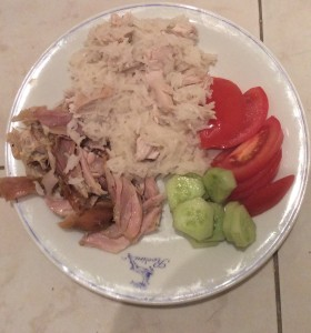 Meikeläisen tyypillinen loma-ateria, keitettyä riisiä, grillattua kanaa ja vähän kurkkua ja tomaattia.
